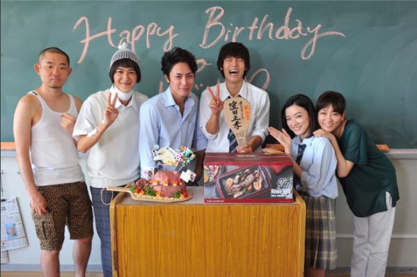 窪田正孝の誕生日を祝う『僕やり』キャスト(画像は『【火9ドラマ『僕たちがやりました』公式】 2017年8月6日付Instagram「0806 Happy Birthday Masataka Kubota」』のスクリーンショット)