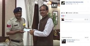 州首相から報酬を授与されたパテル巡査長(画像は『Asian News International(ANI) 2017年8月28日付Facebook「Bhopal: MP CM Shivraj Chouhan rewarded Head Constable Abhishek Patel with Rs.50,000.」』のスクリーンショット)