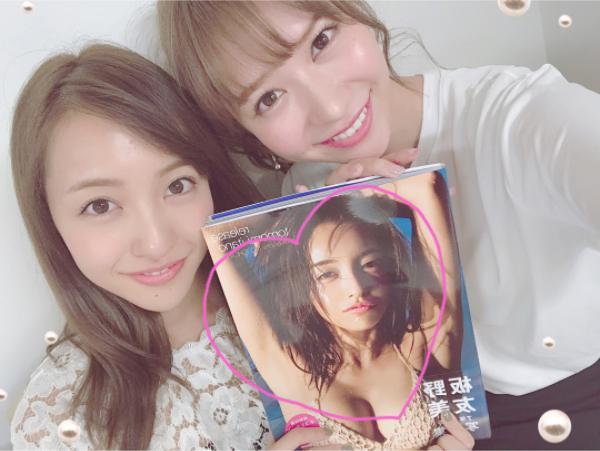 板野友美と河西智美(画像は『tomomi kasai 2017年8月30日付Instagram「友がサイン入り写真集くれました」』のスクリーンショット)