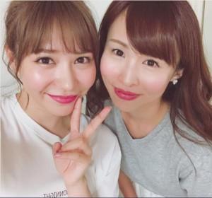 河西智美と大堀恵(画像は『tomomi kasai 2017年8月30日付Instagram「友がサイン入り写真集くれました」』のスクリーンショット)