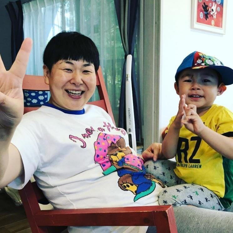 大島美幸と2歳になった長男(画像は『鈴木おさむ 放送作家 2017年7月24日付Instagram「お世話になってる人の家にて。息子、ピースを真似してみる」』のスクリーンショット)