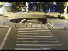 【海外発!Breaking News】ながらスマホが災いか 中国でバイクの男性、道路の陥没に気づかず転落<動画あり>