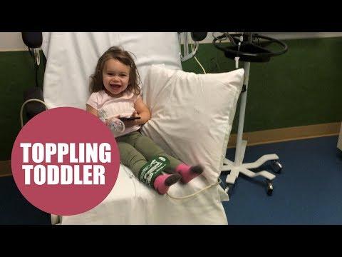 1日100回以上も転んでしまう女児(画像は『SWNS TV 2017年8月18日公開 YouTube「Toddler that fell over 100 times a DAY due to a rare disorder」』のサムネイル)