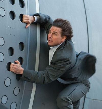 危険なスタントもこなすトム(画像は『Mission: Impossible 2015年11月17日付Facebook』のスクリーンショット)