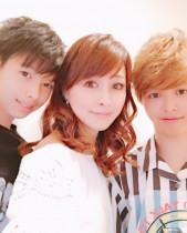 【エンタがビタミン♪】渡辺美奈代、愛弥&名月と親子ショット 「仲良しで羨ましい」の声