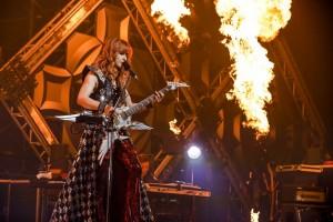 炎をバックに演奏する高見沢俊彦(c)HAJIME KAMIIISAKA
