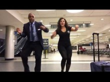 【海外発!Breaking News】飛行機に乗り遅れた女性、空港職員とダンスパーティで夜を明かす(米)<動画あり>