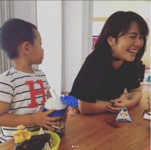 長澤奈央宅で癒される磯山さやか(画像は『磯山さやか 2017年9月8日付Instagram「癒し」』のスクリーンショット)