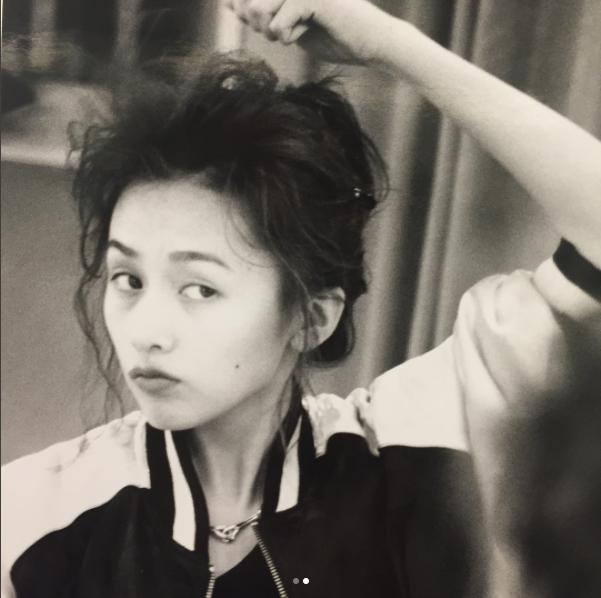 工藤静香が「これは寝起きだし…」という過去の写真(画像は『Kudo_shizuka 2017年7月20日付Instagram「いきなりマネージャーが他の資料を探していて、このモノクロが出てきたらしい。」』のスクリーンショット)