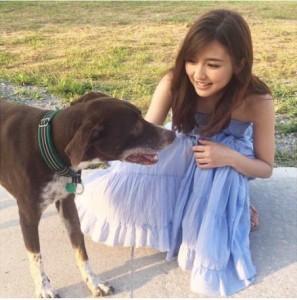真野恵里菜とワンちゃん(画像は『Erina Mano 2017年9月12日付Instagram「2018年カレンダーのオフショット」』のスクリーンショット)