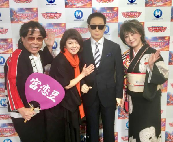 タモリ人形を囲む八公太郎、NOKKO、水谷千重子(画像は『水谷千重子 official 2017年9月19日付Instagram「今日は台風の中苫小牧のコンサートに来てくださった方々 本当にありがとうございました」』のスクリーンショット)