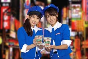 「食べないと逮捕しちゃうぞ!」ポリス風コス女子が『カップヌードル ナイス』を1万食無料配布