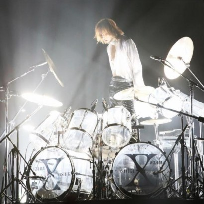 """【エンタがビタミン♪】YOSHIKI""""ドラム""""を見つめる姿 リハビリに心配の声「無理しないでゆっくり…」"""