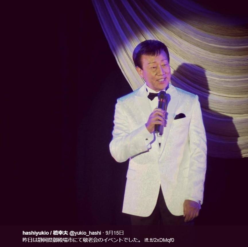 敬老会で歌う橋幸夫(画像は『hashiyukio/橋幸夫 2017年9月15日付Twitter「昨日は静岡県御殿場市にて敬老会のイベントでした。」』のスクリーンショット)