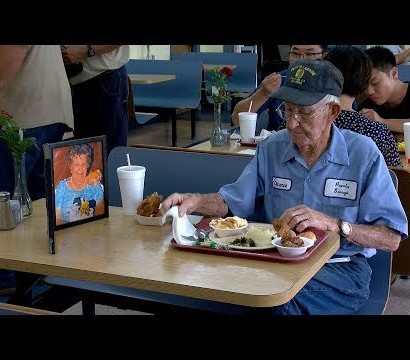 【海外発!Breaking News】レストランのテーブルに亡き妻の写真を置き食事する93歳男性(米)<動画あり>