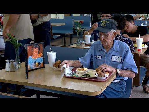 93歳男性、毎日のランチは亡き妻とともに(画像は『WTOC Extras 2017年9月5日公開 YouTube「Unforgettable: South Georgia man holds on to true love」』のサムネイル)