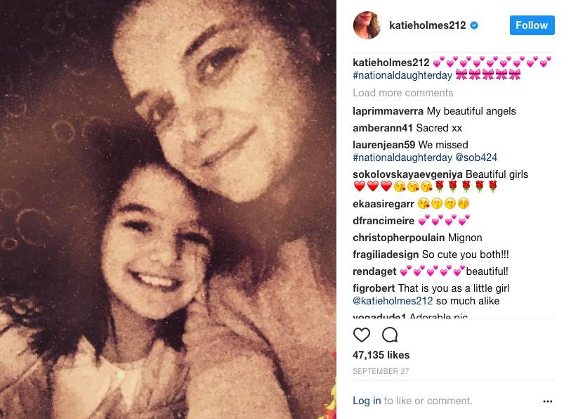 スリちゃんと母ケイティ・ホームズ(画像は『Katie Holmes 2017年9月28日付Instagram「#nationaldaughterday」』のスクリーンショット)