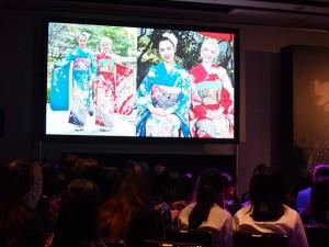 ファンイベントで着物を着た写真を披露したダヴ・キャメロンとソフィア・カーソン