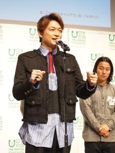 参加作家を代表して挨拶した香取慎吾