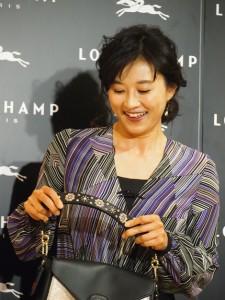 バッグの刺繍を見せる菊川怜