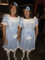 【イタすぎるセレブ達】ブルース・ウィリス 『シャイニング』の双子姉妹になりきりハロウィンパーティへ