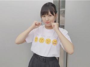 """握手会で""""ぉっょぃ""""のTシャツを着た福士奈央(画像は『福士奈央 2017年10月15日付Instagram「#好きなんだ 握手会でした」』のスクリーンショット)"""
