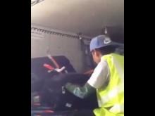 【海外発!Breaking News】搭乗客の荷物から盗みを働いたタイの空港作業員<動画あり>