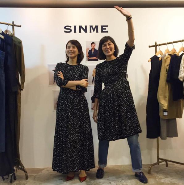 石田ゆり子と板谷由夏(画像は『板谷由夏 2017年10月11日付Instagram「展示会一日目、来てくださった方々ありがとうございました。」』のスクリーンショット)