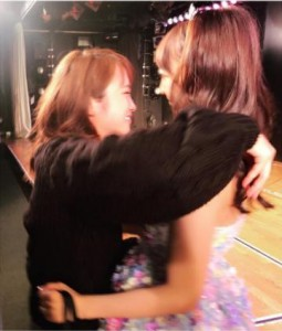 川栄李奈と木崎ゆりあ(画像は『川栄李奈 2017年9月30日付Instagram「つらい時、いつも助けてくれる。私がAKB人生の中でもらった一番の宝物は友達。」』のスクリーンショット)