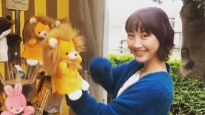 ライオンの人形と遊ぶ松井玲奈(画像は『【公式】オトナ高校 2017年10月28日付Instagram「ぬいぐるみと会話してるー」』のスクリーンショット)