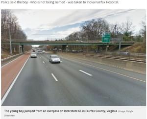 少年が飛び降りた歩道橋(画像は『Mirror 2017年10月29日付「Suicidal 12-year-old boy kills young woman after jumping 30ft from overpass and landing on her car」(Image: Google Streetview)』のスクリーンショット」)