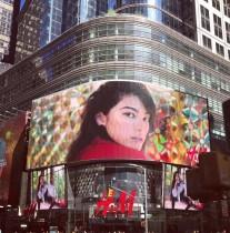 【エンタがビタミン♪】森星、NYタイムズスクエアの巨大スクリーンに登場 ファン興奮「世界の森星」