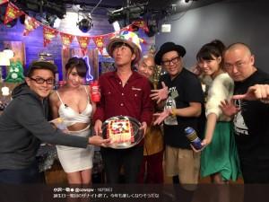 『月曜The NIGHT』で誕生日をお祝いされる小沢一敬(画像は『小沢一敬 2017年10月10日付Twitter「誕生日一発目のザナイト終了。」』のスクリーンショット)