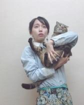 【エンタがビタミン♪】吉岡里帆、猫との表情が「なんか似てる」と話題 猫柄スカートにも注目集まる