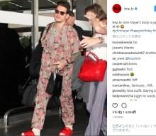 【イタすぎるセレブ達】ジョン・メイヤー、花柄パジャマで空港に降り立つ