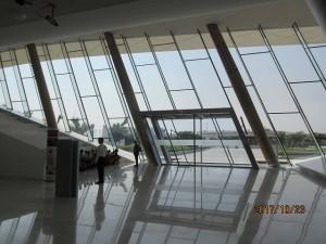 エティハド・ミュージアムの斜めの窓と扉にドッキリ! Photo by 横手