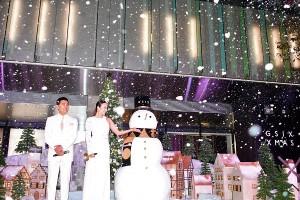 粉雪を楽しむ道端アンジェリカと石原良純「GINZA SIX CHRISTMAS 2017」点灯・降雪式にて