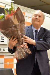 講演会を終え花束を受け取る 加藤一二三九段
