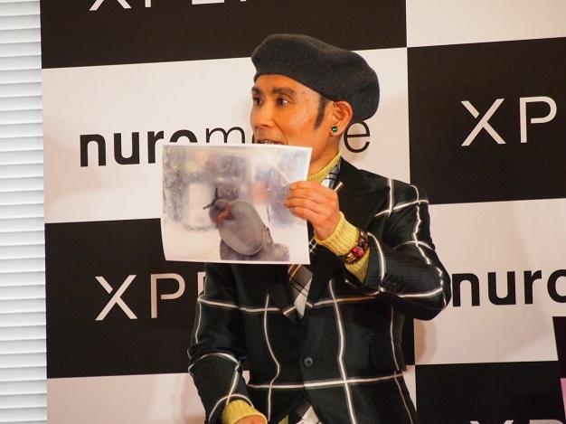 ペットのカタツムリの写真を嬉しそうに見せる片岡鶴太郎