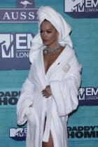 【イタすぎるセレブ達】リタ・オラ 『MTV EMA』のバスローブ・コーデに驚きの価値が!