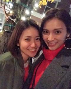 笑顔の大島優子と秋元才加(画像は『秋元才加 2017年11月25日付Instagram「us」』のスクリーンショット)