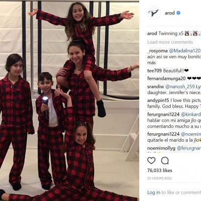 【イタすぎるセレブ達】ジェニファー・ロペス&アレックス・ロドリゲスの子供達、感謝祭前夜はお揃いのパジャマで
