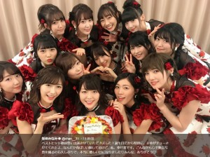 AKB48メンバーから誕生日をお祝いされる峯岸みなみ(画像は『峯岸みなみ 2017年11月15日付Twitter「ベストヒット歌謡祭に出演させていただきました!」』のスクリーンショット)
