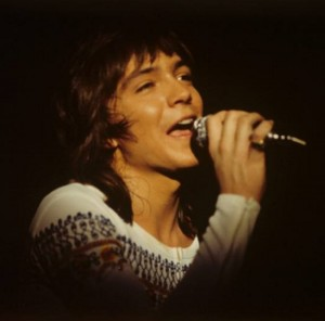 若き日のデヴィッド(画像は『David Cassidy 2016年3月25日付Facebook「Do you know the date or venue for this photo? Probably 1973 in Europe.」』のスクリーンショット)