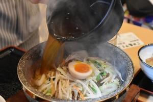 300度に熱した石鍋に熱々のスープを注ぐタイミングが大事