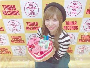バースデーケーキを手にする河西智美(画像は『河西智美 2017年11月17日付Instagram「11月16日で26歳になりました」』のスクリーンショット)