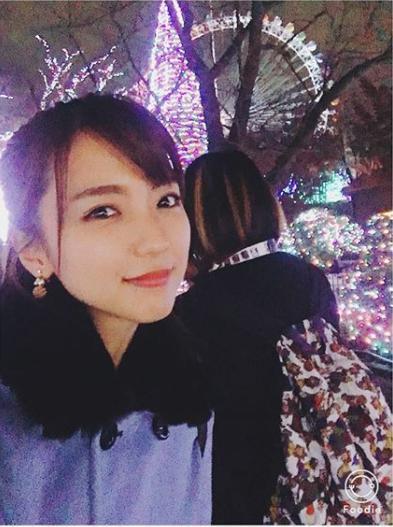 イルミネーションを背にする真野恵里菜(画像は『Erina Mano 2017年11月29日付Instagram「親友とディズニーランドホテルのシャーウッドガーデンでビュッフェ」』のスクリーンショット)