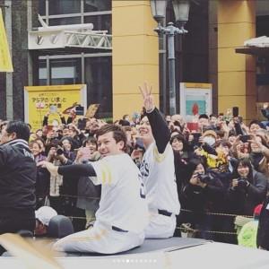 松田選手、岩嵜投手(画像は『原口あきまさ 2017年11月26日付Instagram「ホークス優勝パレード!」』のスクリーンショット)
