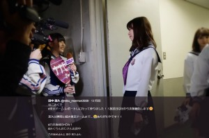 レポートする田中美久(画像は『田中美久 2017年11月8日付Twitter「なこみくで#東京ドームレポートしに行って参りました!!」』のスクリーンショット)