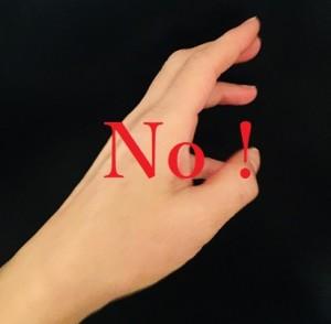 左手を使うのはNG Photo by 横手